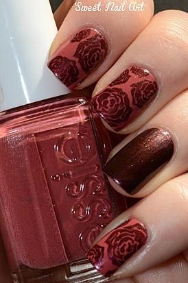 unhas decoradas em rosa vermelha
