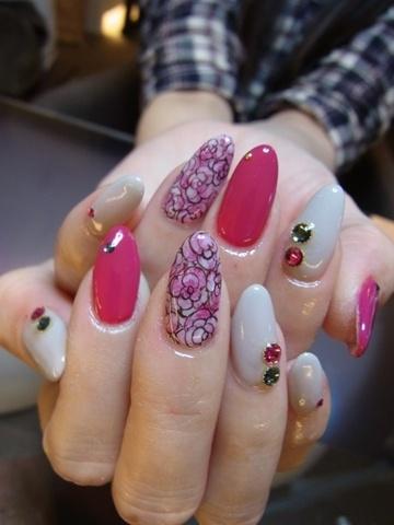 unhas decoradas com flores rosa hot pink e branco